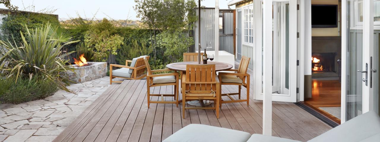 Terrasse mit Stühlen und Feuerstelle