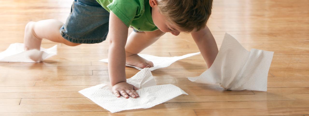 Kind putzt Parkett-Boden