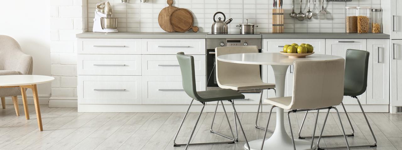 Küche mit Vinylboden und Sitzgruppe