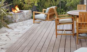 Terrasse mit Möbel und Feuerstelle im Garten